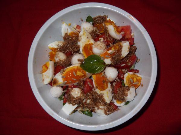 Salata de valeriana cu oua si mozzarella.