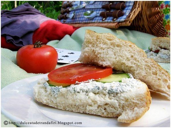 Sandwich-uri cu branza si verdeturi