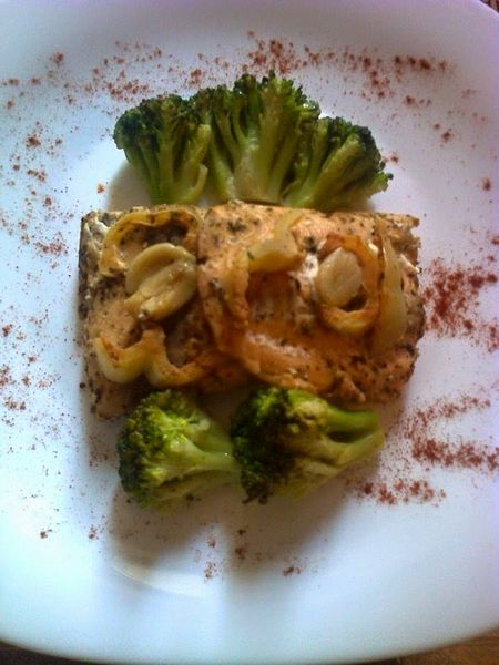 Somon in folie de aluminiu preparat rapid pe gratar si garnitura de broccoli