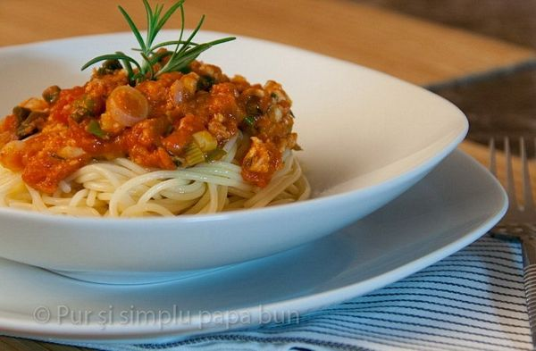 Spaghettini cu sos simplu si ierburi aromatice