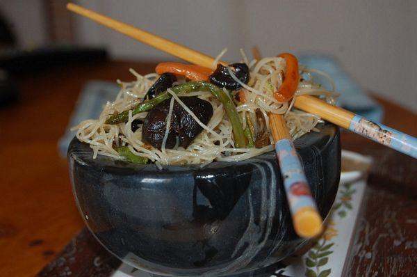 Vermicelli cu ciuperci urechi de lemn si sparanghel salbatic